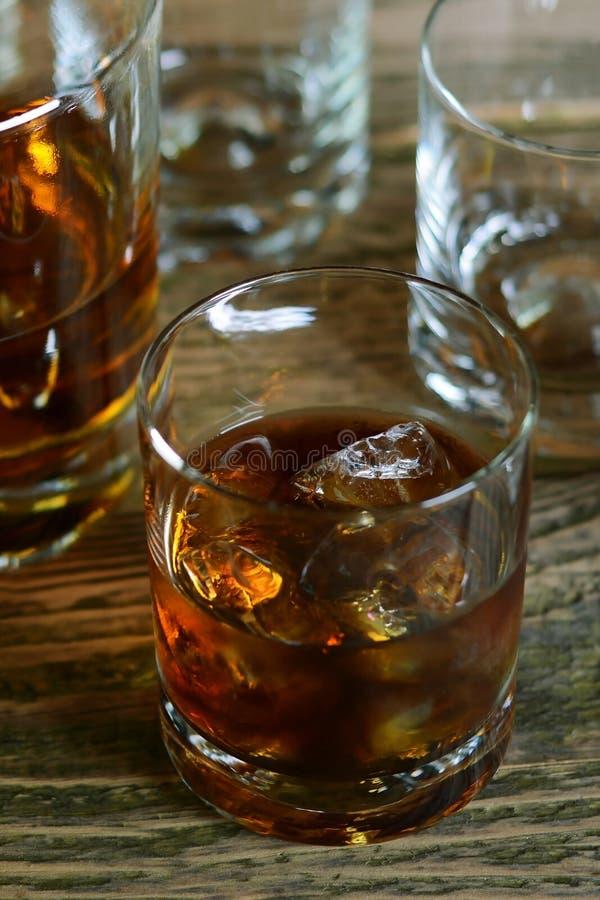 Glas wisky met ijs stock afbeeldingen