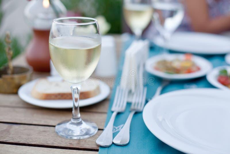 Glas witte wijn. stock afbeelding