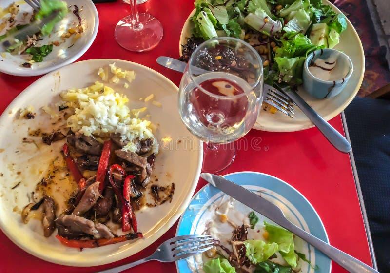 Glas witte wijn Gebraden varkensvleesbesnoeiing in plakken met groenten en geraspte gekookte aardappels Kippenlapje vlees met gro royalty-vrije stock afbeeldingen