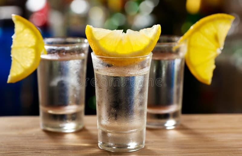 Glas Wodka mit Zitrone stockfotos