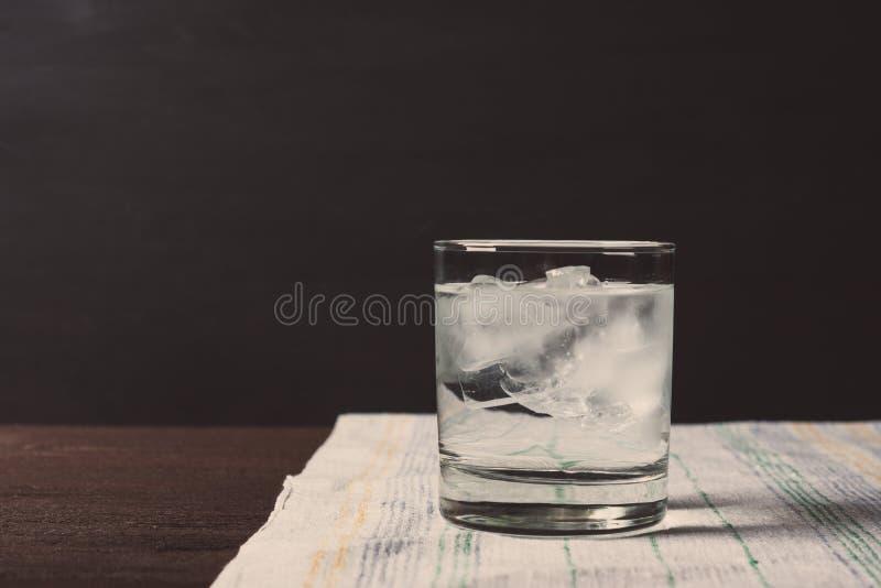 Glas wodka op de rotsen royalty-vrije stock foto's