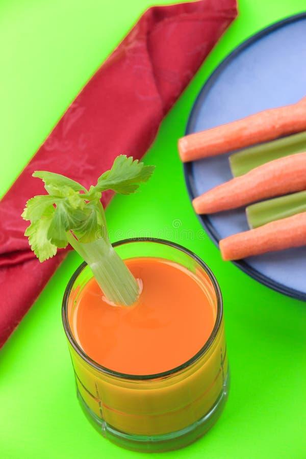 Glas wortelsap met selderie royalty-vrije stock fotografie