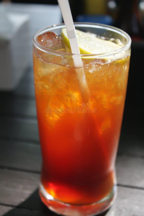 Glas Zitrone-Tee Und Eis gelegen auf dem Holztisch stockbilder
