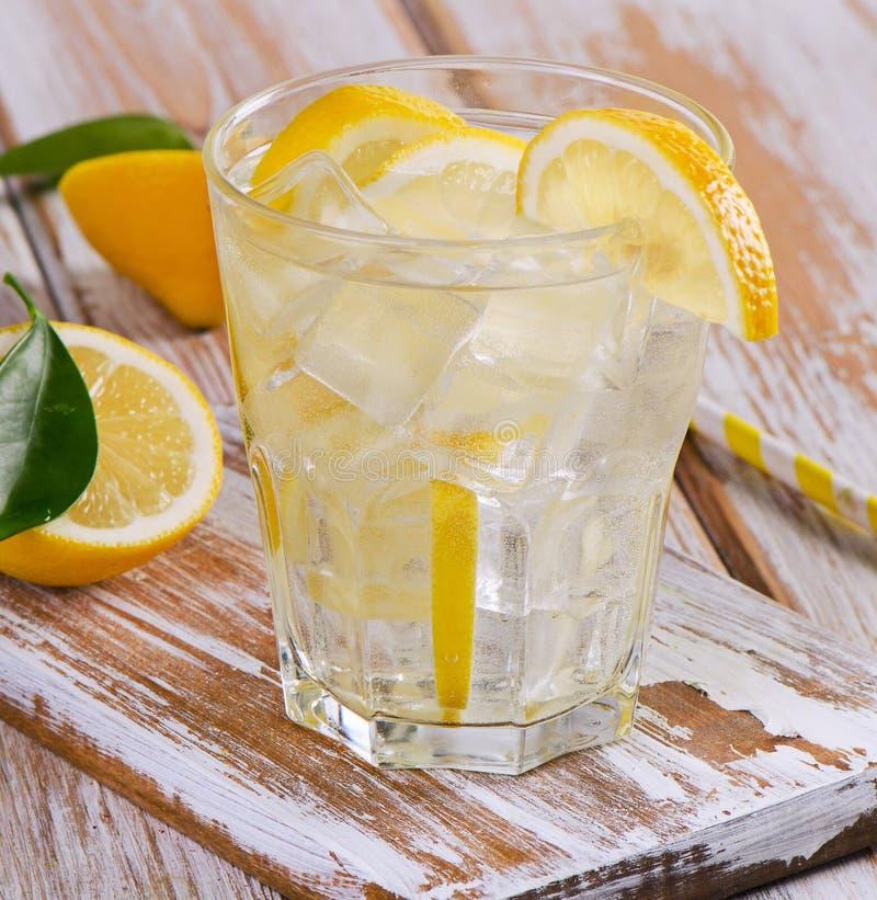 Glas zoet water met een citroen stock foto's