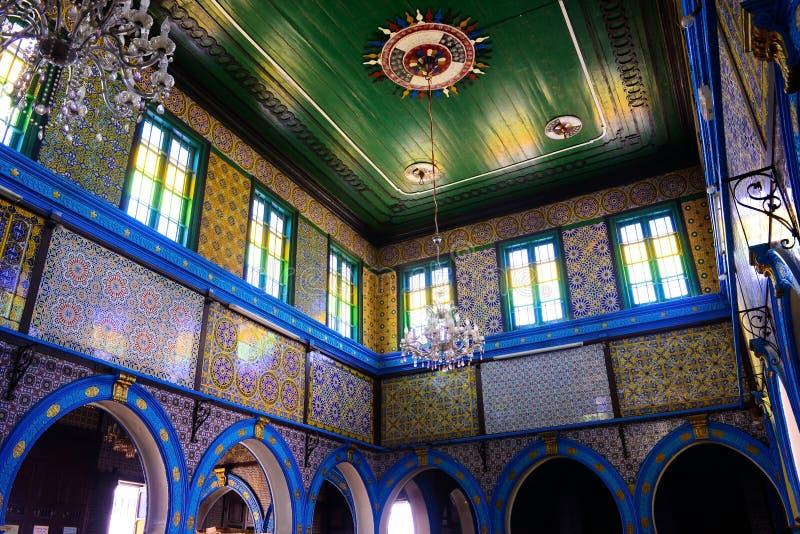 Glasade modeller för väggar för tegelplattor arabiska och färgrika, synagoga Djerba Ghriba, religion, judisk tempel, lopp Tunisie royaltyfri fotografi