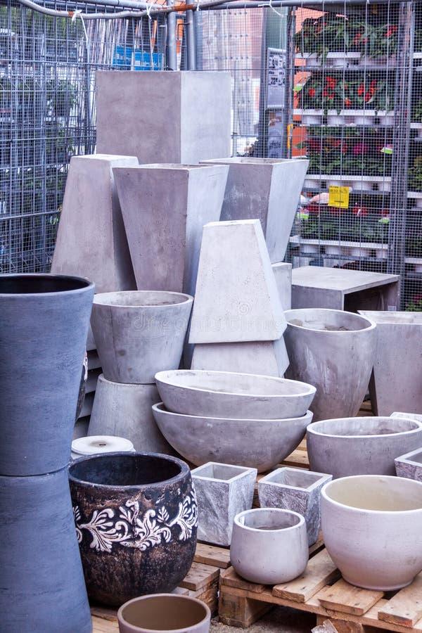 Glasade och unglazed keramiska blomkrukor fotografering för bildbyråer