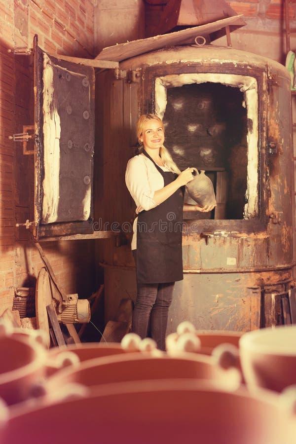 Glasat keramiskt för keramikerinnehav svart royaltyfri fotografi