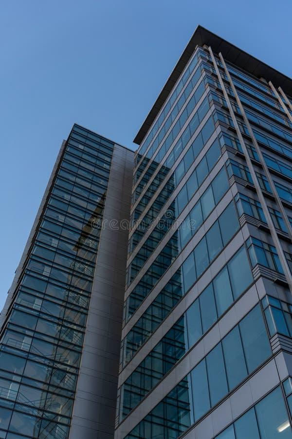 Glasbürohochhausniedrigwinkelansicht lizenzfreies stockbild