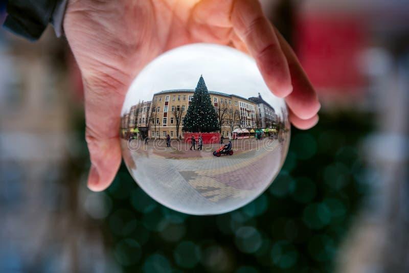 Glasbal met een mooie kerstachtergrond kerststemming stock afbeelding