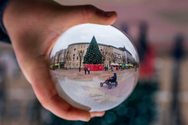 Glasbal met een mooie kerstachtergrond kerststemming stock fotografie