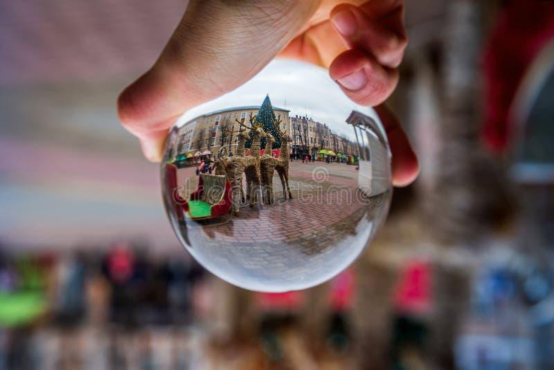 Glasbal met een mooie kerstachtergrond kerststemming royalty-vrije stock foto