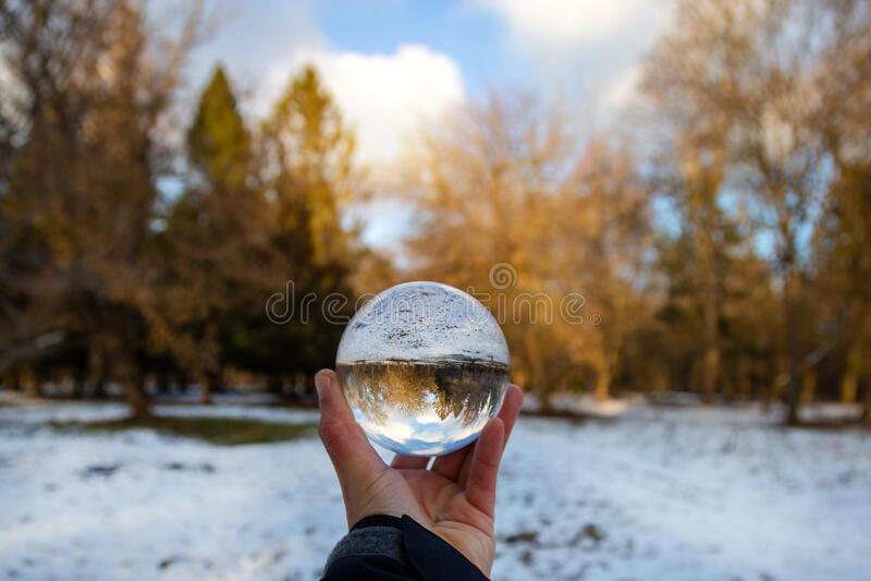 Glasbal met een mooie winterachtergrond stock foto