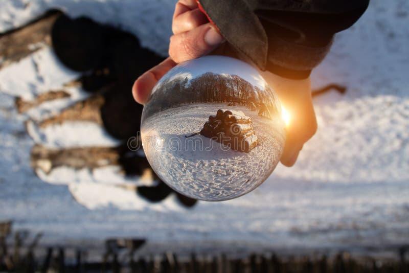 Glasbal met een mooie winterachtergrond royalty-vrije stock foto