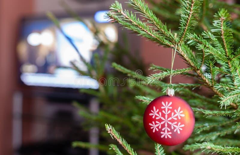 Glasbal op takjes van Kerstboom en Televisie royalty-vrije stock afbeelding