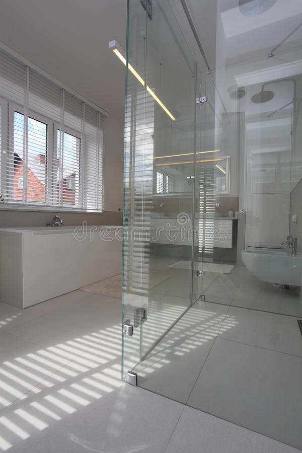 Glasbathtube im modernen Badezimmer stockbild