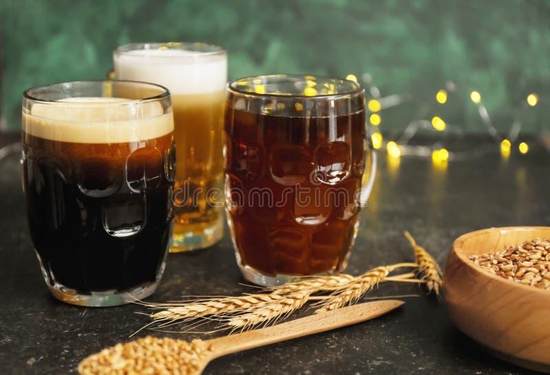 Glasbecher mit verschiedenen Arten des Bieres auf Tabelle lizenzfreies stockfoto