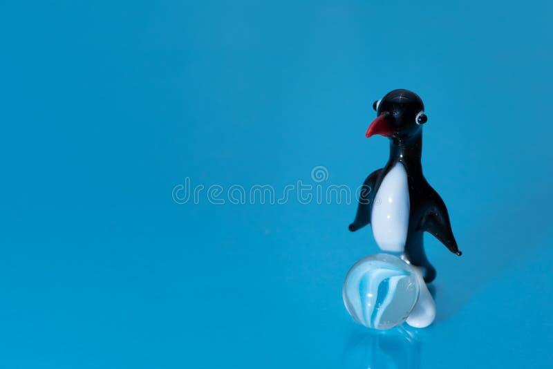 Glasbeeldje van een leuke kleine pinguïn met een rode bek royalty-vrije stock foto