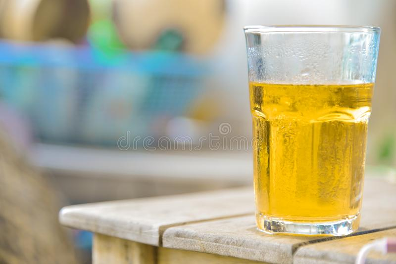 Glasbier auf hölzerner Tabelle stockfoto