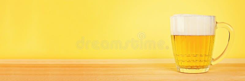 Glasbier op houten achtergrond met exemplaarruimte stock foto