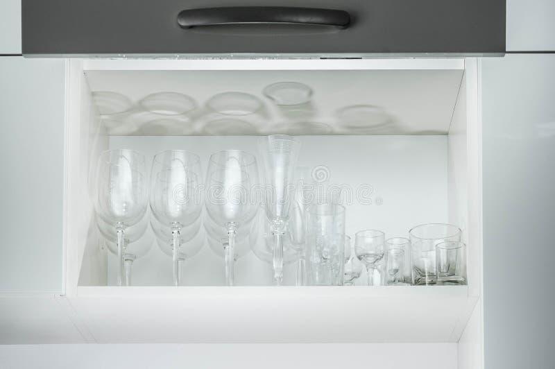 Glascontainers voor dranken op de plank in de keuken royalty-vrije stock fotografie