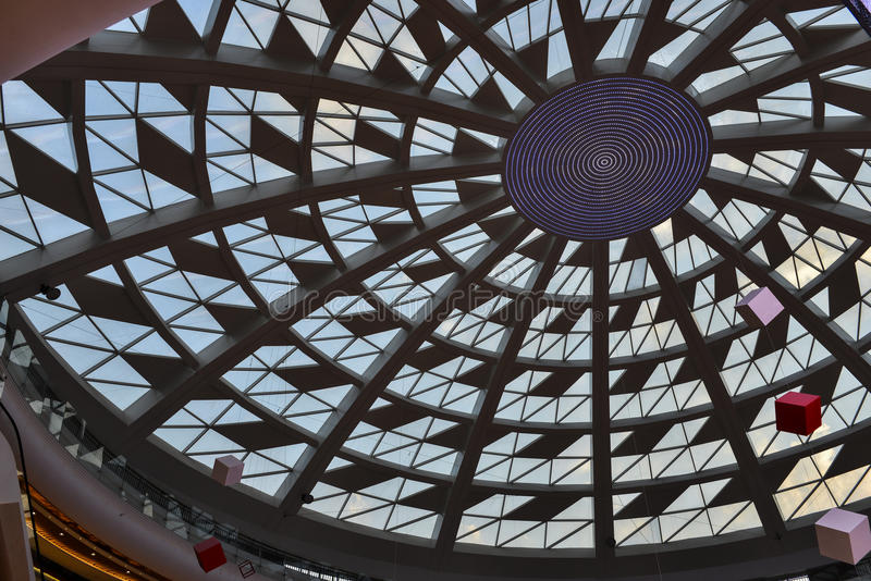 Glasdach des modernen Handelsgebäudes mit geführtem Licht lizenzfreie stockfotos