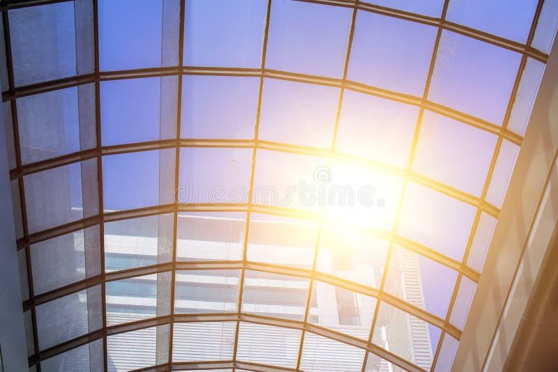 Glasdach mit sonnigem Licht stockfotos