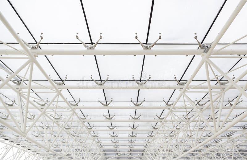 Glasdach mit weißen Strahlen stockfotografie