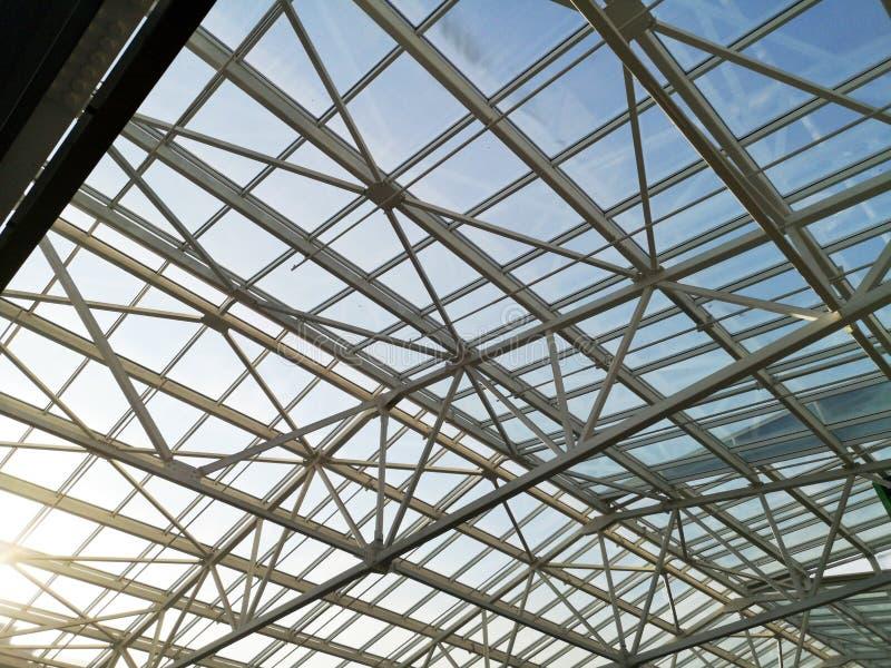 GlasdachEinkaufszentrum oder Flughafen Architektur und Entwurf des Dachs im Stil High-Techen Die Sonne scheint skok Glas lizenzfreie stockbilder