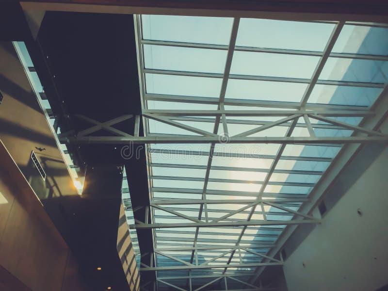 Glasdak met metaalbouw in het moderne winkelcomplex 'Galleria 'in Tbilisi, Georgië stock afbeeldingen