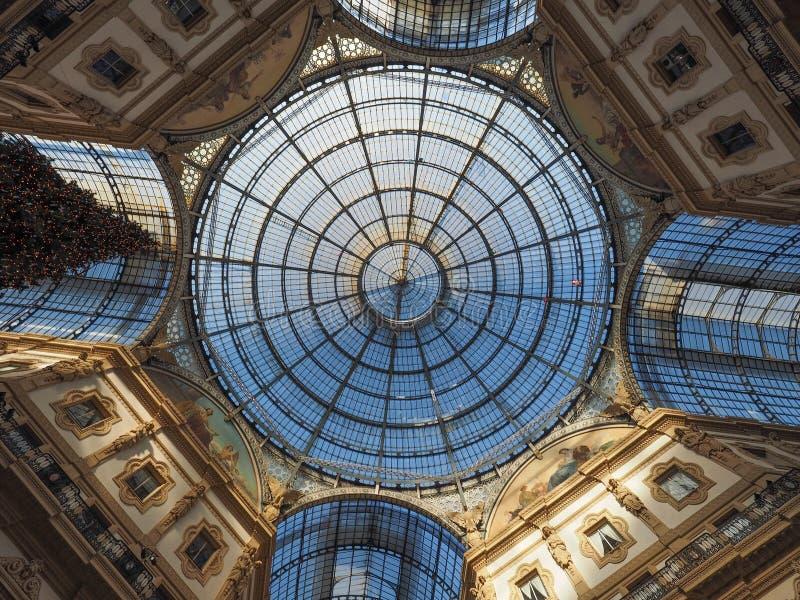 Glasdak van Galleria Vittorio Emanuele II arcade in Milaan stock afbeeldingen