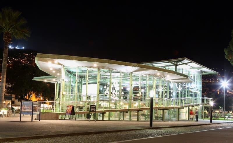 Glasdrahtseilbahnhaus belichtet nachts lizenzfreies stockfoto