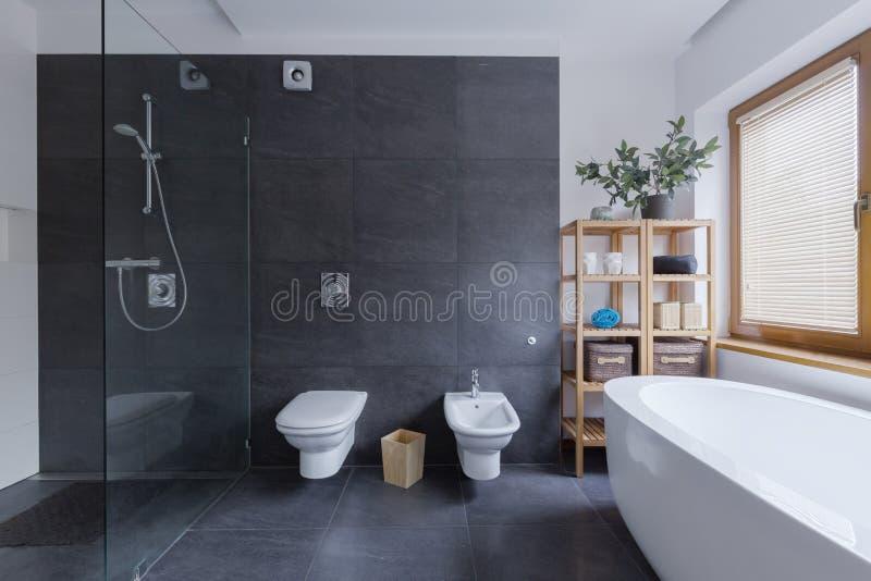Glasdusche im Travertinbadezimmer lizenzfreie stockfotografie