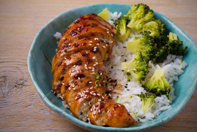Glased鸡胸脯、米和硬花甘蓝装饰 在香醋的鸡和红糖调味 免版税库存图片