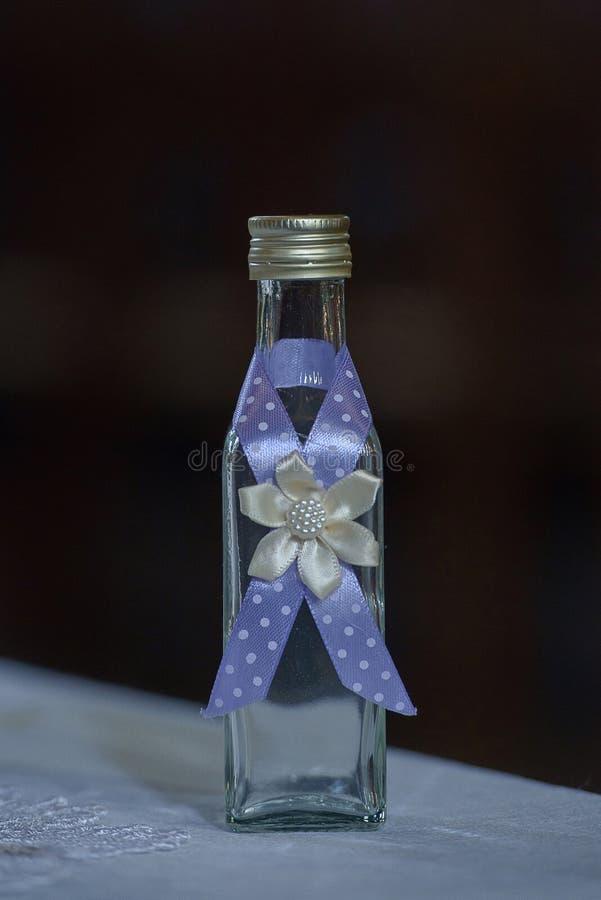 Glasempfänger verziert mit Blumen und Bändern stockbilder
