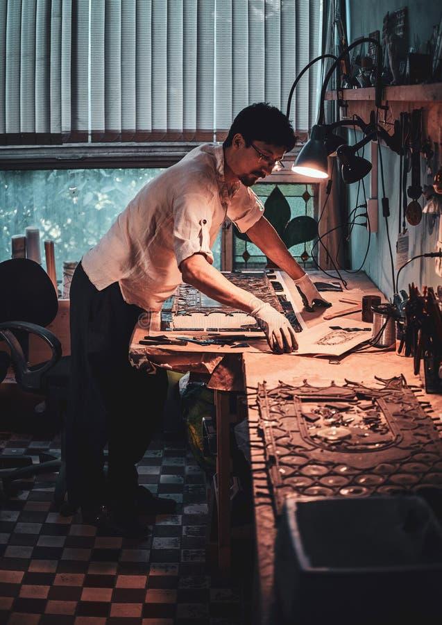 Glaser arbeitet an alter defekter Buntglaswiederherstellung stockbilder