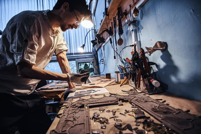 Glaser arbeitet an alter defekter Buntglaswiederherstellung lizenzfreies stockbild