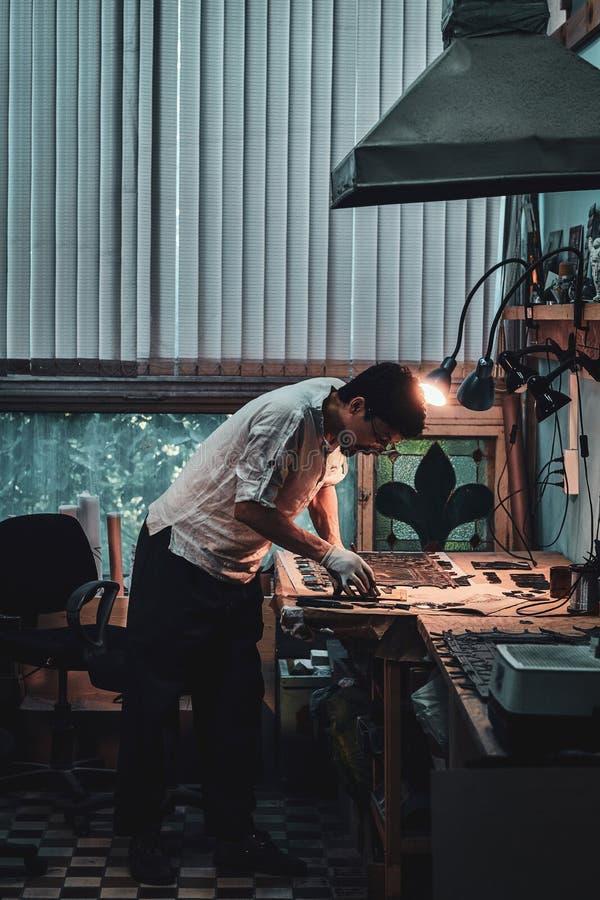 Glaser arbeitet an alter defekter Buntglaswiederherstellung stockfoto