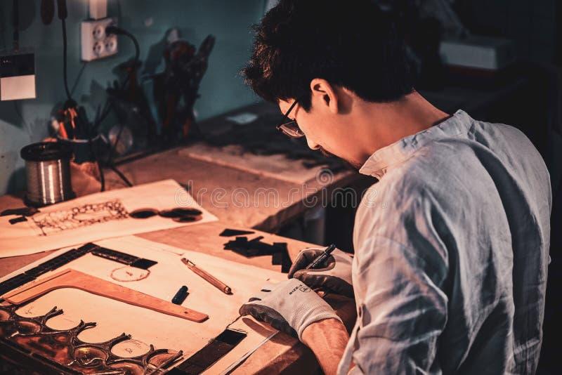 Glaser arbeitet an alter defekter Buntglaswiederherstellung lizenzfreie stockbilder