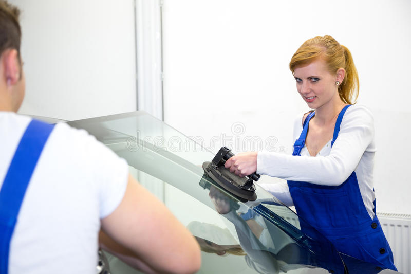 Glaser ersetzt Windschutzscheibe oder Windfang auf einem Auto in der Garage stockfotos