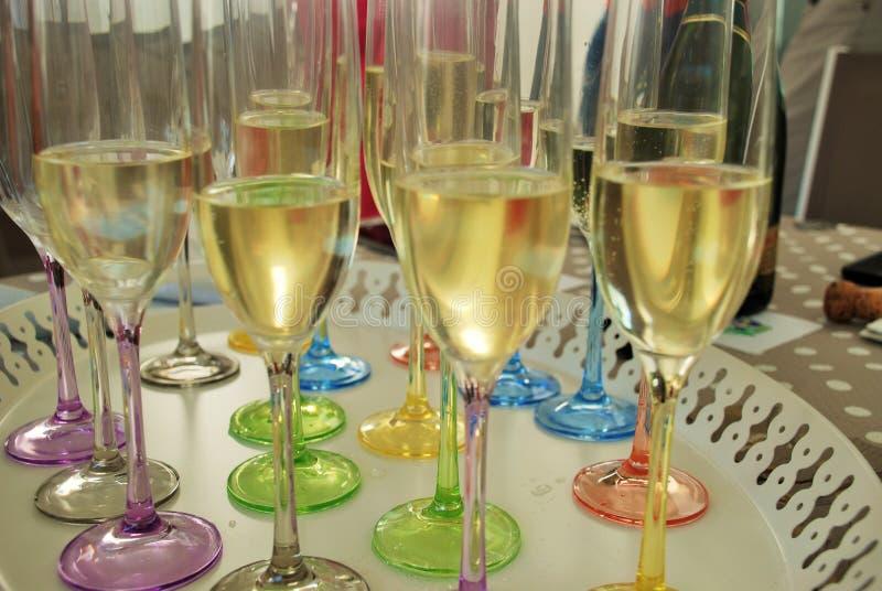 Glases beventi di Champagne per una celebrazione fotografia stock libera da diritti
