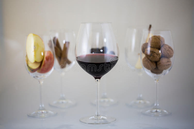 Glases de vin, baril aromatique, cannelle, goûtant image libre de droits