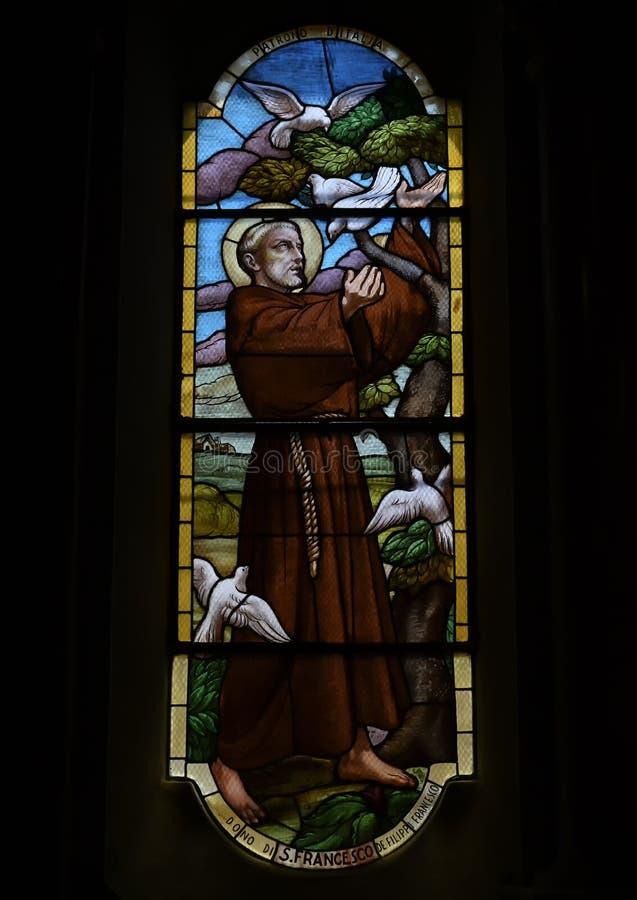 Glaset av helige Francis, som roar de vita duvorna, kyrkan Saint Martin, Portofino, Italien arkivfoton