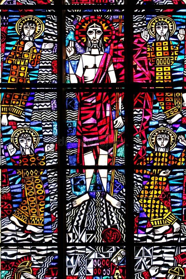Glasfönster i St Nicholas Cathedral i Elblag, Polen arkivbild