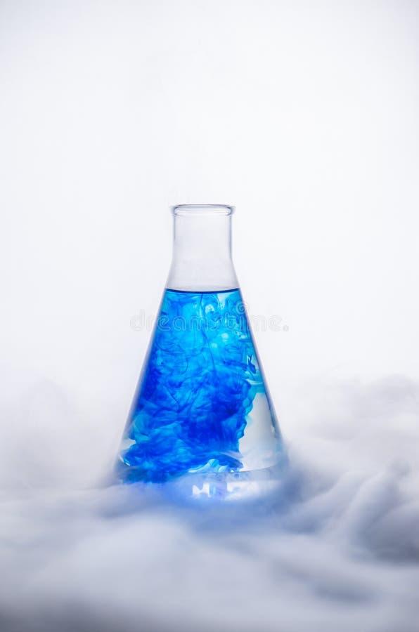 glasföremål Blandande flytande LABORATORIUMANALYS chemical reaktion arkivbilder
