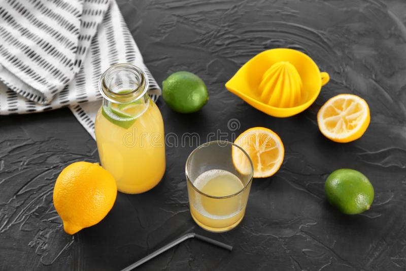 Glasföremål med nytt sammanpressad citrus fruktsaft på grå bakgrund royaltyfria foton