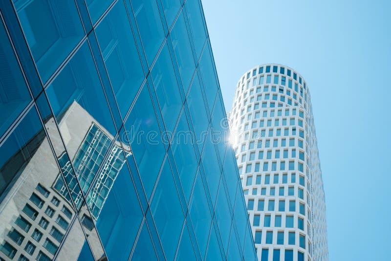 Glasfassade des modernen Büros mit Wolkenkratzergebäude reflec lizenzfreie stockbilder