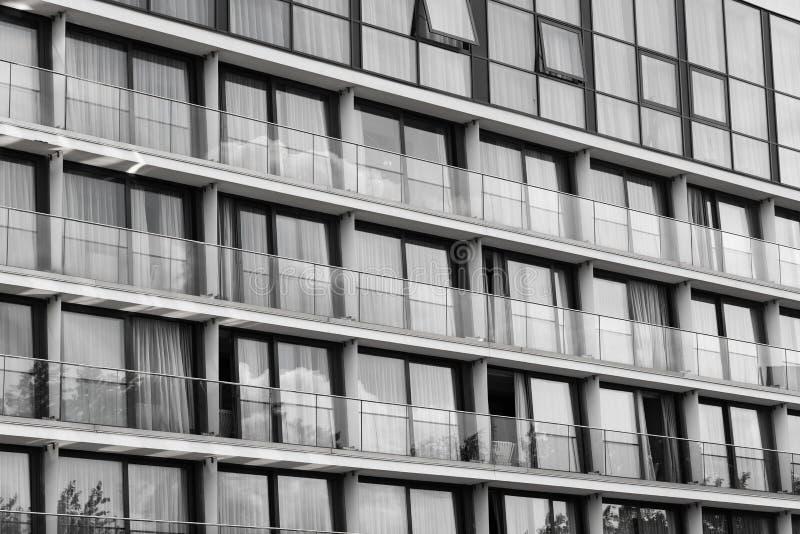 Glasfassade, schwarz u. weiß lizenzfreies stockfoto