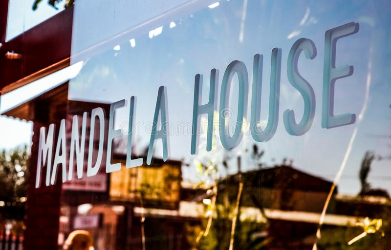Glasfenster außerhalb Nelson Mandela-` s Hauses in Vilakazi-Straße S stockfotografie
