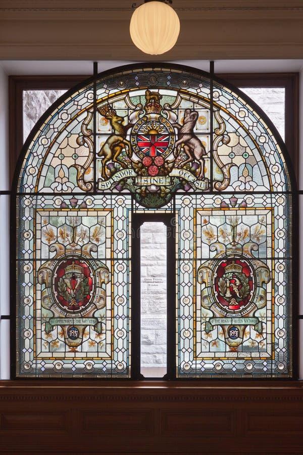 Glasfenster im Victoria-Parlament Kanada stockbilder