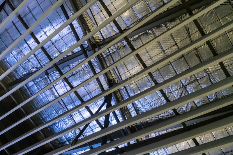 Glasfiberisolering som installeras i taket arkivbilder